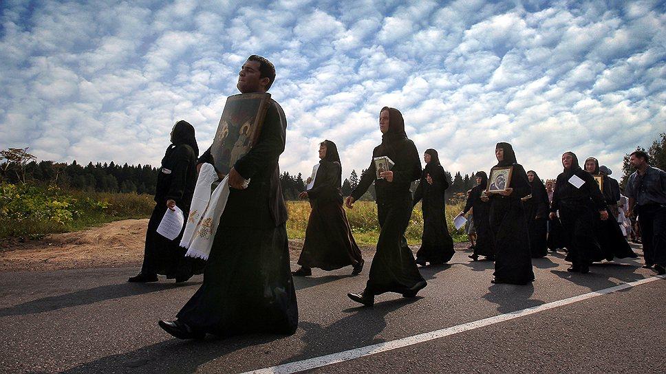 Одни ходят крестным ходом, но много и других, настаивающих на своих особых отношениях с Богом