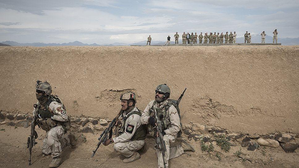 Солдаты элитной 101-й воздушно-десантной дивизии США отрабатывают патрулирование горных сел на границе с Пакистаном вместе с местными силами безопасности. В показательной операции участвуют 40 солдат, бронетранспортеры, вертолеты и беспилотники