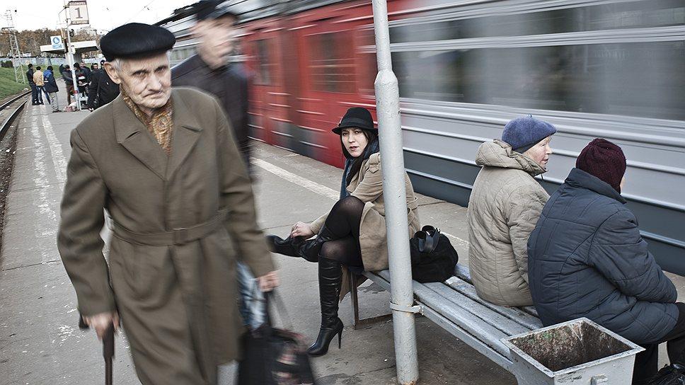 """Железная дорога — это артерия, соединяющая Бирюлево с московским """"материком"""". В ожидании электрички обсуждаются самые важные новости: бабушки и дедушки сочувствуют внукам, задержанным за погромы полицией"""