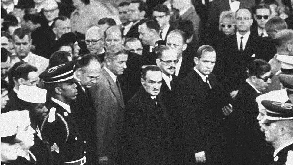 Анастас Микоян (в центре) на похоронах Джона Кеннеди