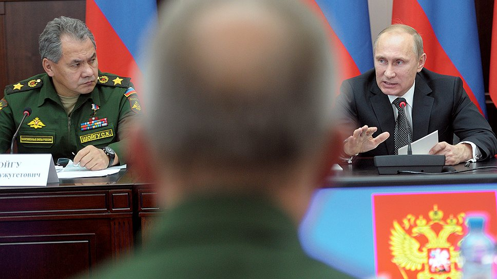 Министр обороны России Сергей Шойгу (слева) и президент России Владимир Путин (справа) на совещании по вопросам развития системы военного образования, прошедшем в Рязани