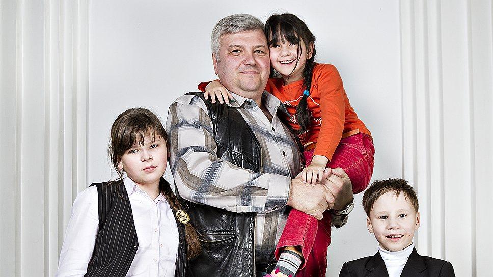 Николай Комаров, 53 года, директор строительной фирмы. С ним Света, 12 лет, Саша, 9 лет, Карина, 7 лет