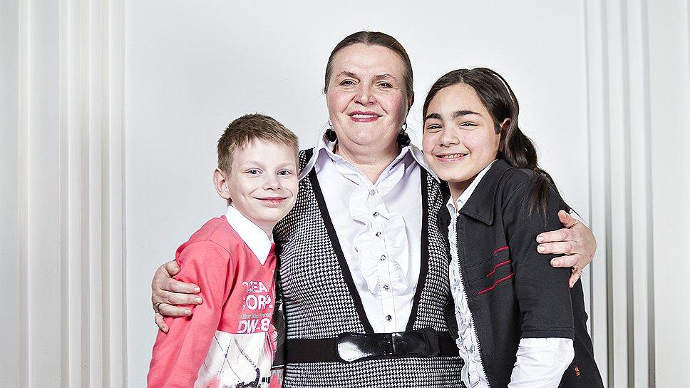 Ирина Полежаева, 59 лет, домохозяйка. С ней Сергей, 14 лет, и Аня, 15 лет
