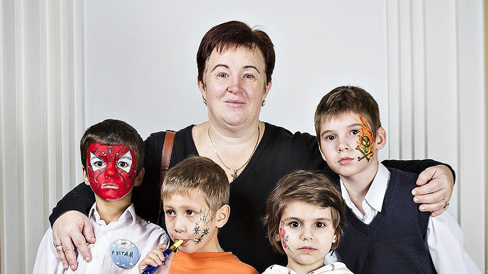 Марина Озчелик, 47 лет, учительница начальных классов. C ней Рустам, 9 лет, Паша, 6 лет, Ангелина, 6 лет, Коля, 11 лет