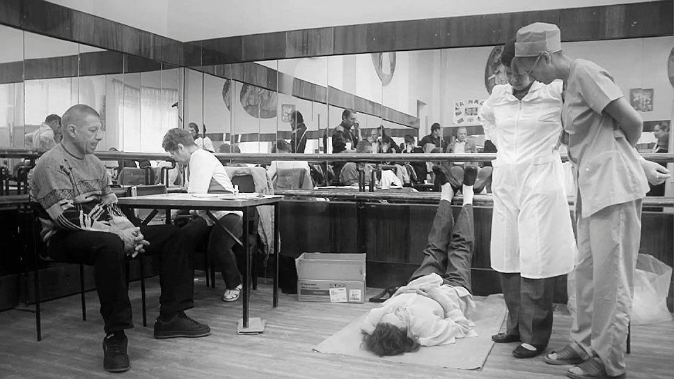 """Обморок — обычное состояние донора (кадр из фильма """"Кровь"""" Алины Рудницкой)"""