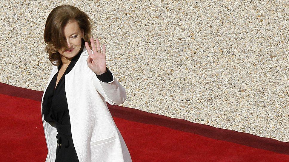 Валери Триервейлер на красной дорожке, ведущей в Елисейский дворец, официальную резиденцию президента