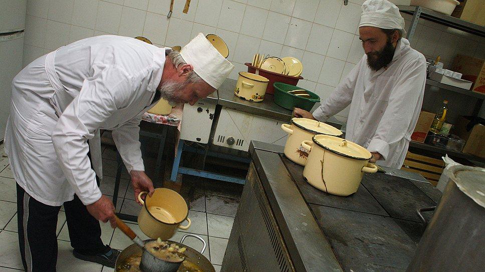 Ужин готовится на всех — и на монахов, и на трудников