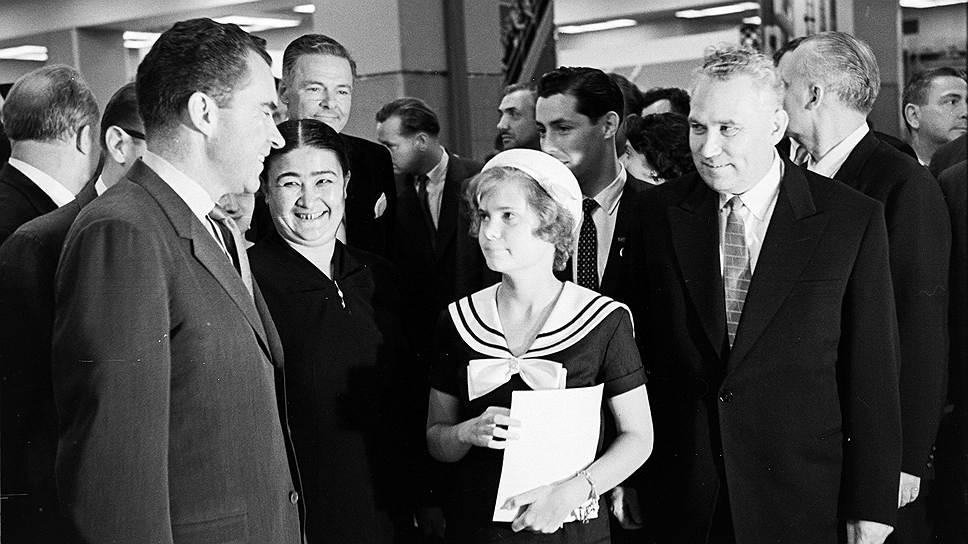 Фрол Козлов (справа) беседует с вице-президентом США Ричардом Никсоном (слева) и его дочерью. Нью-Йорк