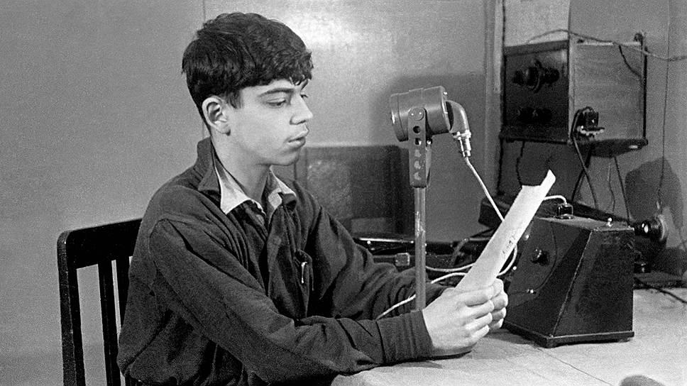 школе Дмитрий Зимин увлекался радио и даже стал соавтором книжки «Школьная УКВ-радиостанция»