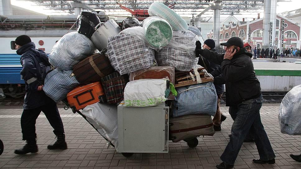 Кто-то приезжает в Россию с пустыми руками, некоторые «все свое везут с собой»