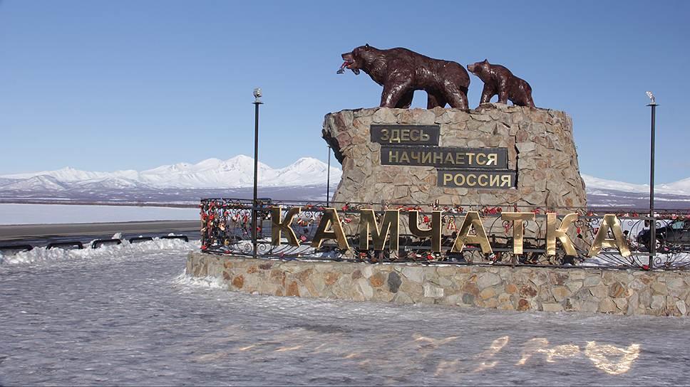 На рыбу в пасти у монументальной медведицы не раз покушались воры