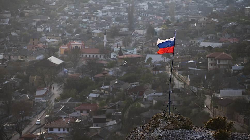 """Российский флаг над """"татарским"""" Бахчисараем. В городе много гостиниц и ресторанов с традиционной кухней — выдержит ли местный малый и средний бизнес прививку российским законодательством?"""