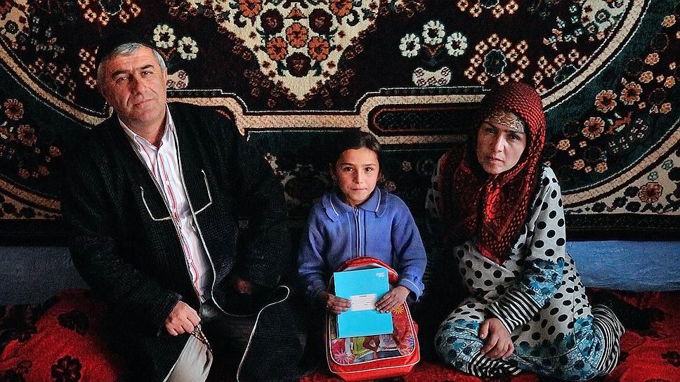 Конфеты. Бизнесмен Самреддин работает на одном из уральских рынков с 1996 года: возит овощи и фрукты из Казахстана и Киргизии. Так, в мае капусту, купленную по цене 1 рубль за килограмм, можно продать по 50-70 рублей. Рабочий сезон Самреддина — 3-4 месяца. За это время он зарабатывает около 25 тысяч долларов. Домой привозит деньги, подарки детям и российские шоколадные конфеты (не меньше 10 кг), которые считает лучшими в мире.