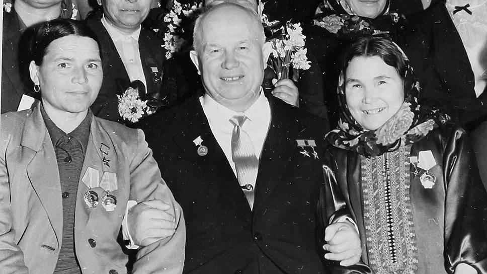 В 1960 году в Большом Кремлевском дворце праздновали 50-летие Международного женского дня. Хрущев с удовольствием позировал с гостьями