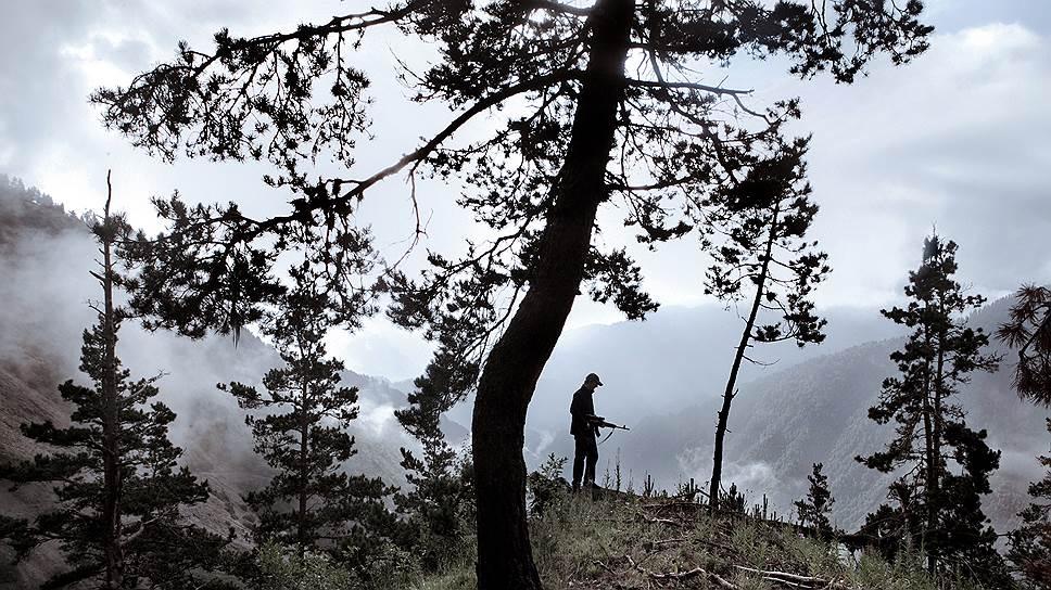 Этот человек в одиночку ищет схроны боевиков в лесу. Три года назад кто-то из его родственников попал в засаду и погиб
