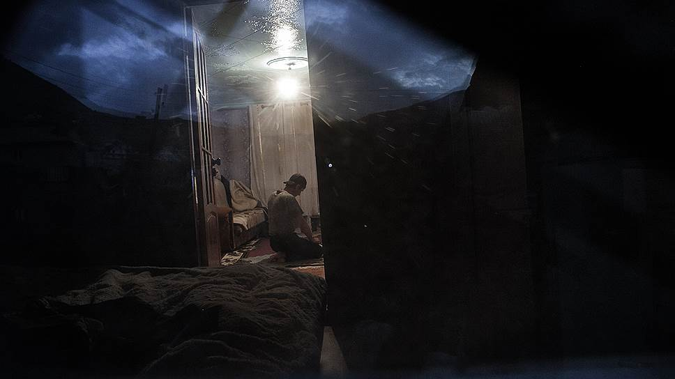 Бывший полицейский Рамзан молится в своем доме. Он вышел в отставку и поселился в горном селе после тяжелого ранения, полученного в ходе контртеррористической операции