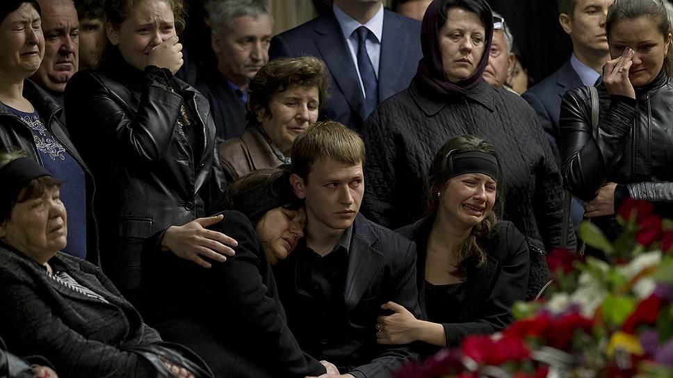 Вместе с семьями погибших сейчас скорбит весь город