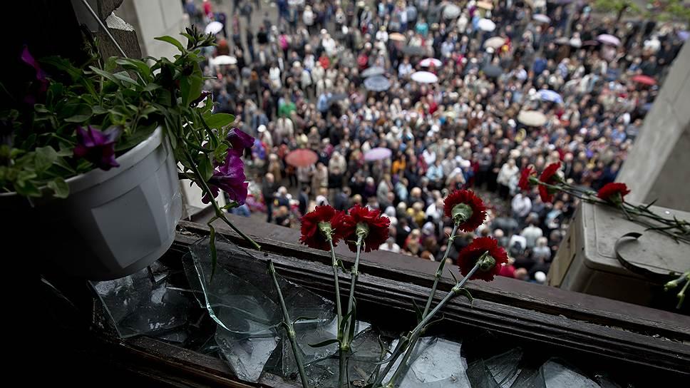 Одесса чтит память погибших в Доме профсоюзов. Из этих окон жертвы 2 мая видели совсем другую толпу