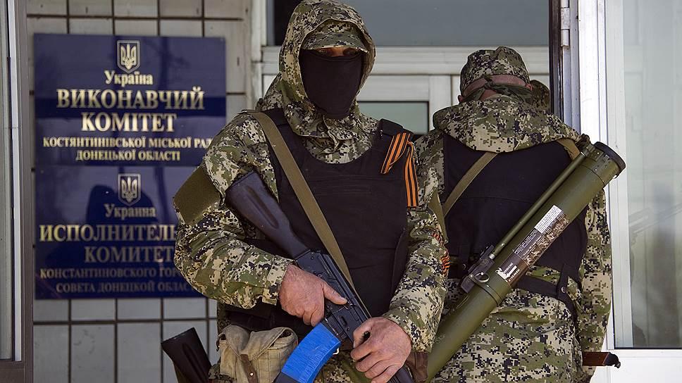 Ополченцы у здания горсовета Константиновки Донецкой области удерживают избирательный фронт