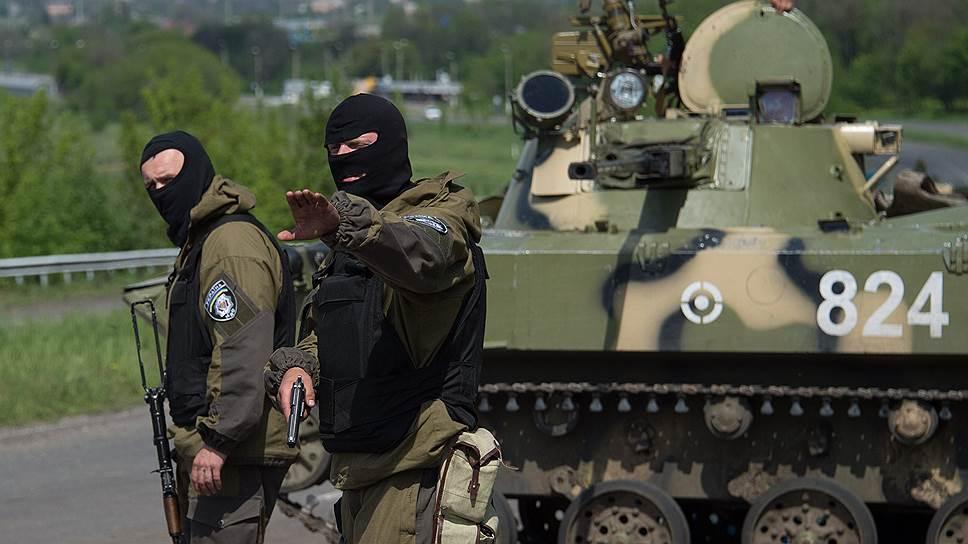 Украинские военные на въезде в Славянск — ответ Киева на референдум Юго-Востока