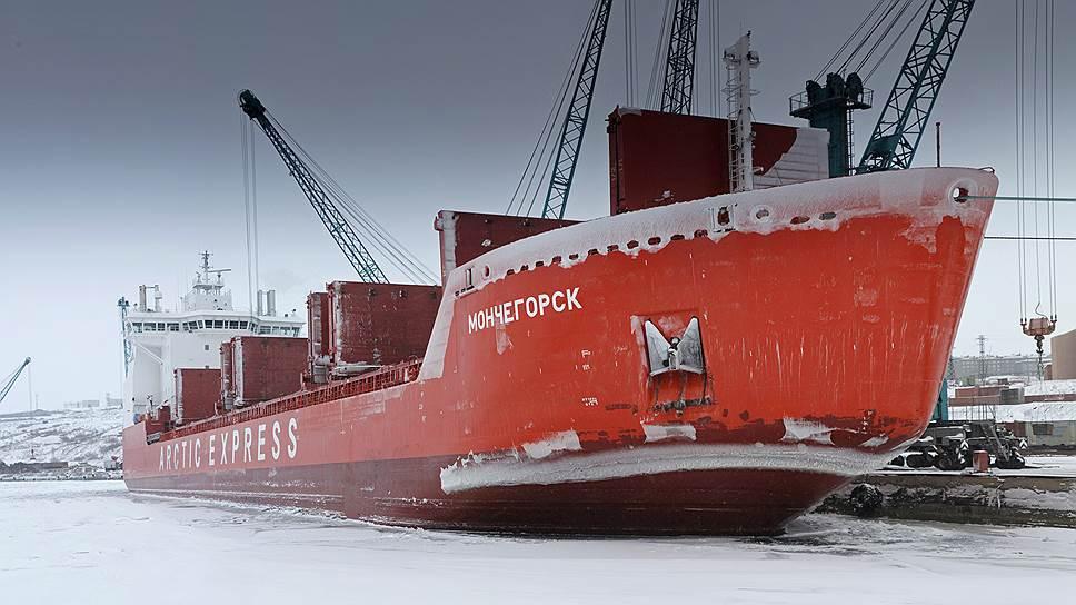 Суда ледокольного типа снабжают город по Северному морскому пути