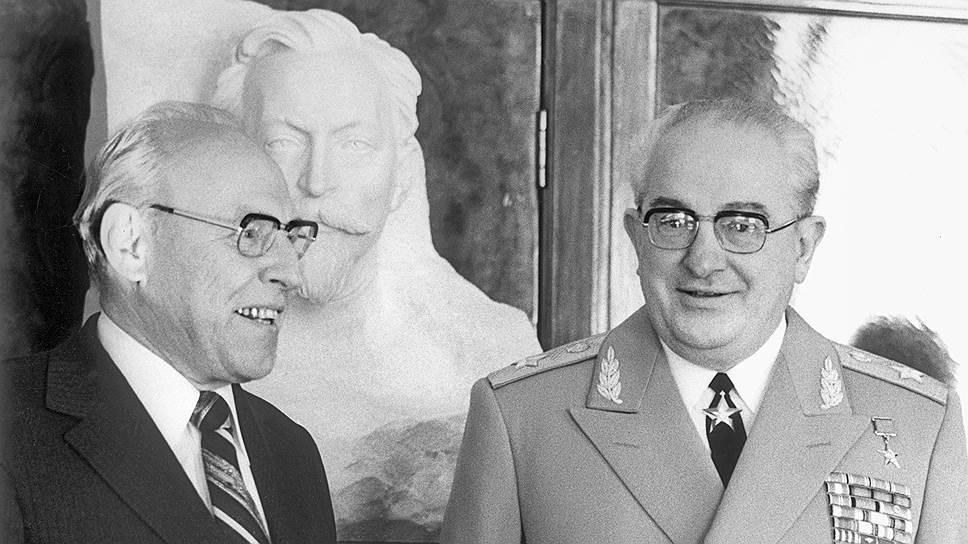 Когда Андропов возглавил страну, на КГБ он поставил своего единомышленника Виктора Чебрикова (слева)