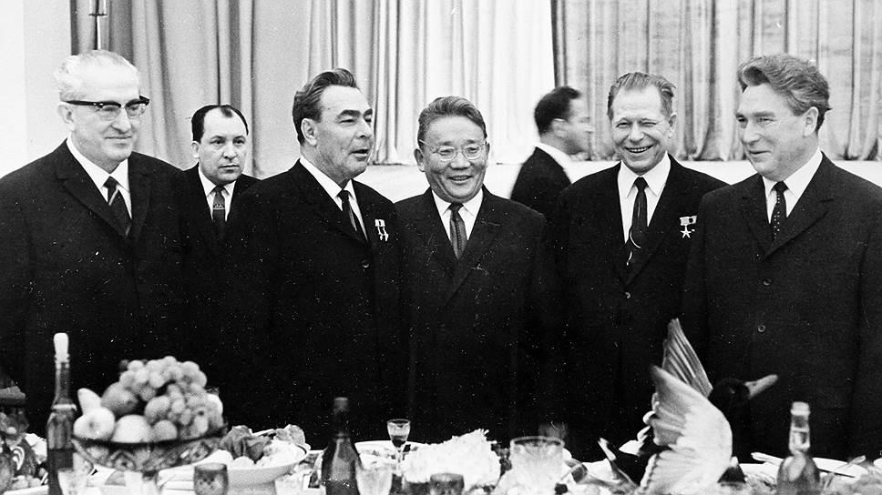 Брежнев сделал Андропова шефом КГБ. Помог опыт подавления венгерского восстания (Андропов был послом в этой стране)