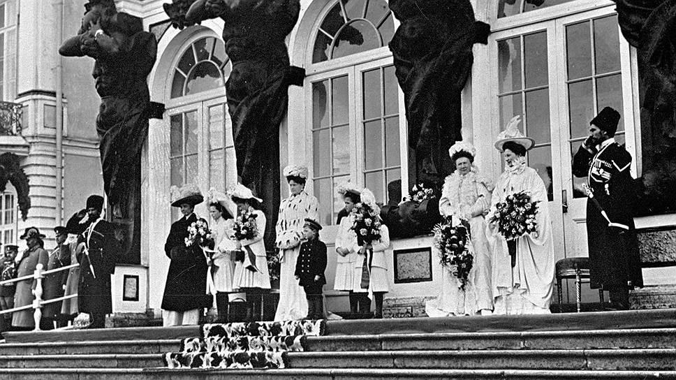 Члены императорской семьи на ступенях Екатерининского дворца в Царском Селе, 1910 год