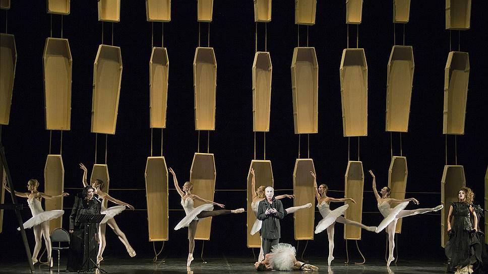 Висящие гробы по замыслу сценографа Янниса Кунеллиса во втором акте сменяются ножами, а в третьем — стеной из мужских пальто