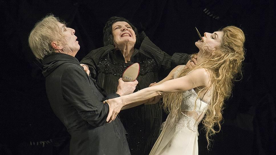 Актриса Алла Демидова (в центре) исполнила спектакле роль Корифея