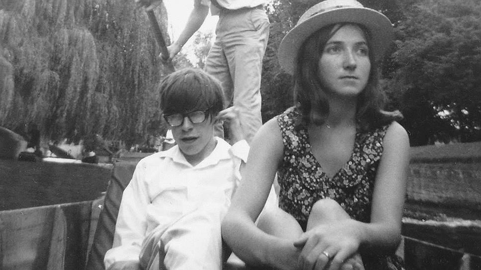Знакомство Стивена Хокинга (в центре) с Джейн, которая стала его первой женой, совпало с началом болезни