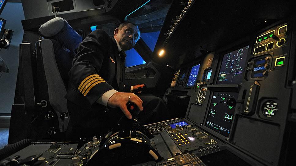Пилот Александр Мирошниченко управляет авиатренажером