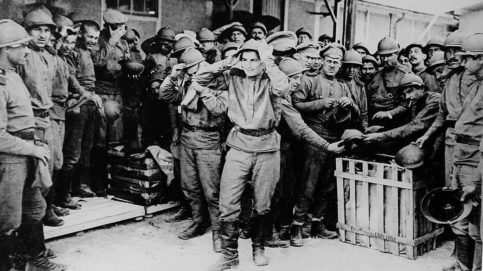 """Русские солдаты примеряют французские каски в лагере Майльи под Шалоном во Франции. Архив """"Огонька"""", 1916 год"""