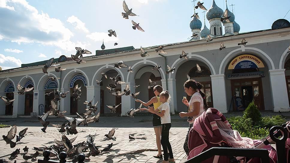 """Про голубей ростовчане пока легенд не выдумали, а вот изразцы с соловьями здесь активно продают — """"символ свободы"""""""