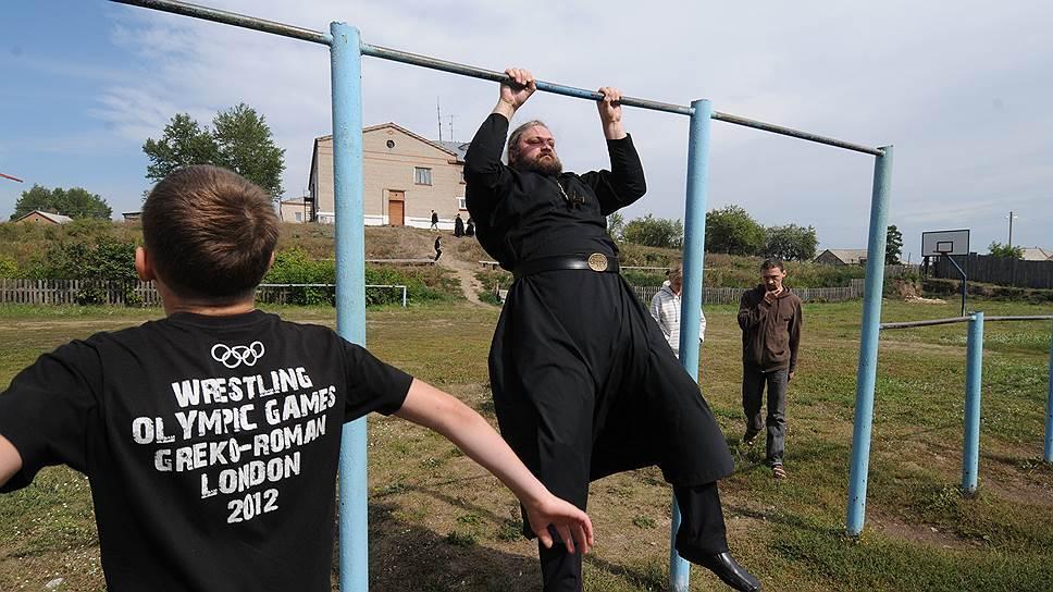 Священники не только крестят, благословляют, исповедуют, но и, если позволяет время, занимаются спортом вместе с деревенскими мальчишками