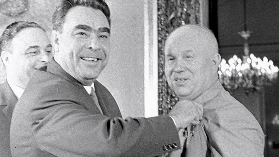 Всего через полгода после этого награждения Леонид Ильич займет место Никиты Сергеевича и будет даже больше, чем его предшественник, любить ордена