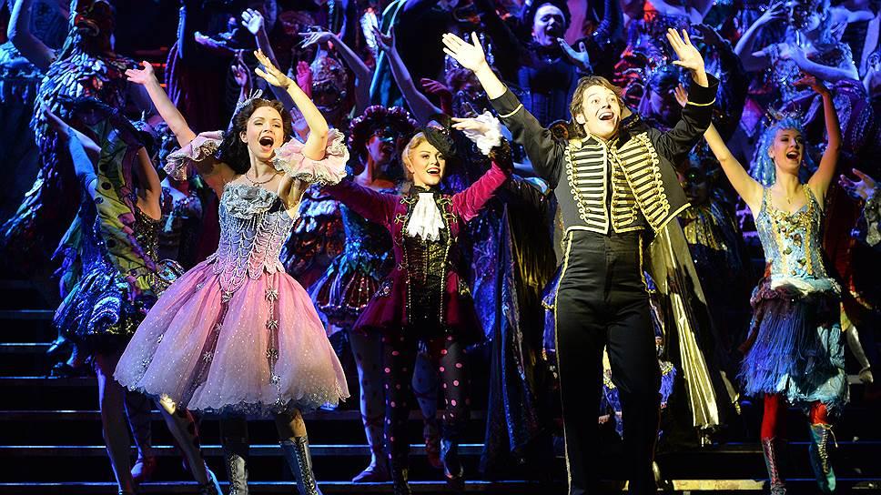 Перед премьерой в Москве актеры Елена Бахтиярова (слева) и Евгений Зайцев (второй справа) специально летали в Лондон, чтобы проникнуться историческим духом мюзикла