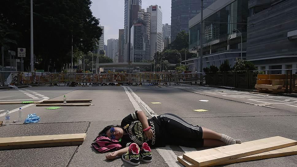 Это очень по-китайски: заставить протестующих устать от протестов