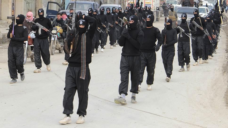 """Террористы """"Аль-Каиды"""" и """"Исламского государства"""" с оружием в руках маршируют по улицам сирийского города Тель-Абьяда"""