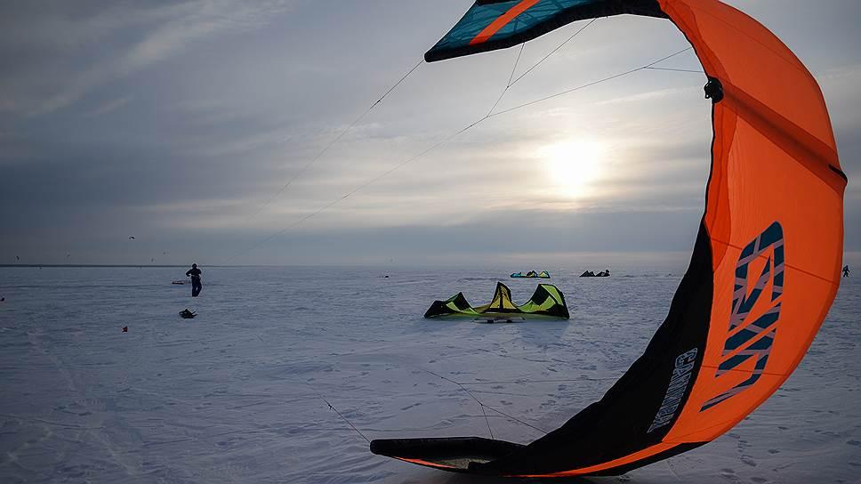 Кайтинг сродни парусному спорту и парапланеризму: главное тут — поймать ветер