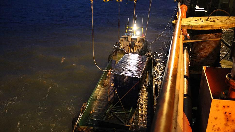 Навигация по Севморпути короткая, поэтому времени стараются не терять, работают и днем, и ночью