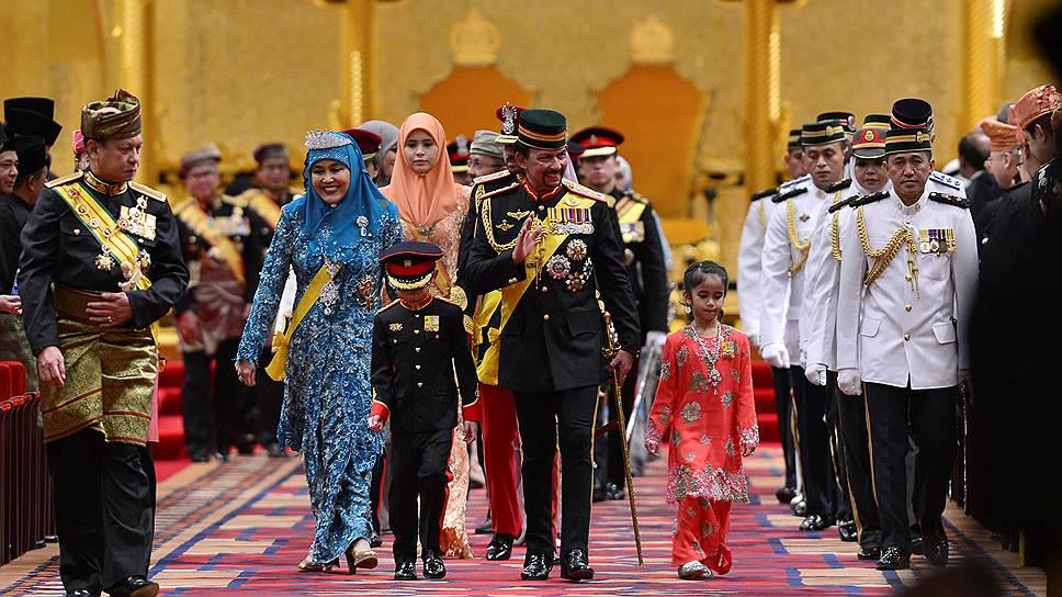 Султан Брунея (в центре) одним жестом нейтрализовал ярых сторонников шариата — ввел его сам