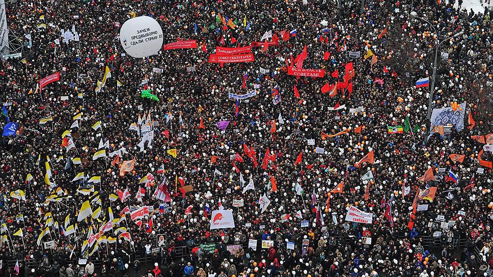 И в России, и в других странах люди выходили на совместные протестные шествия под разными знаменами, с разными лозунгами. Что они хотели сказать власти (и что на самом деле сказали), эксперты гадают до сих пор