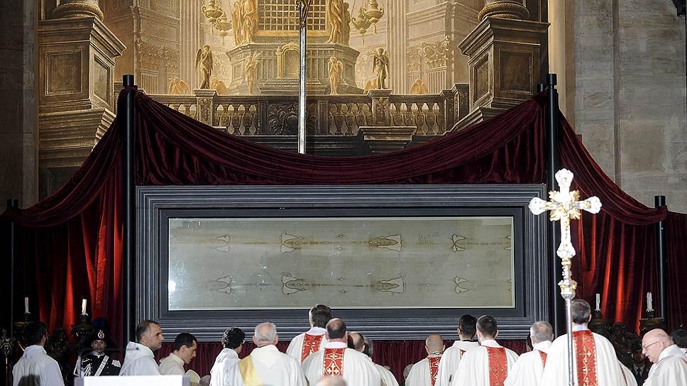 Плащаница — это четырехметровое льняное полотно, в которое, согласно Евангелию, было завернуто тело Христа после его крестных страданий