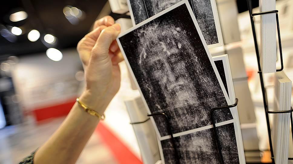 Туристическая индустрия зарабатывает на Экспозиции: открытки, кружки, постеры с изображением образа с Плащаницы. Городские чиновники уже просчитали коммерческий эффект от одновременного проведения трех важнейших мероприятий: ЭКСПО в Милане, Экспозиция и книжная ярмарка в Турине