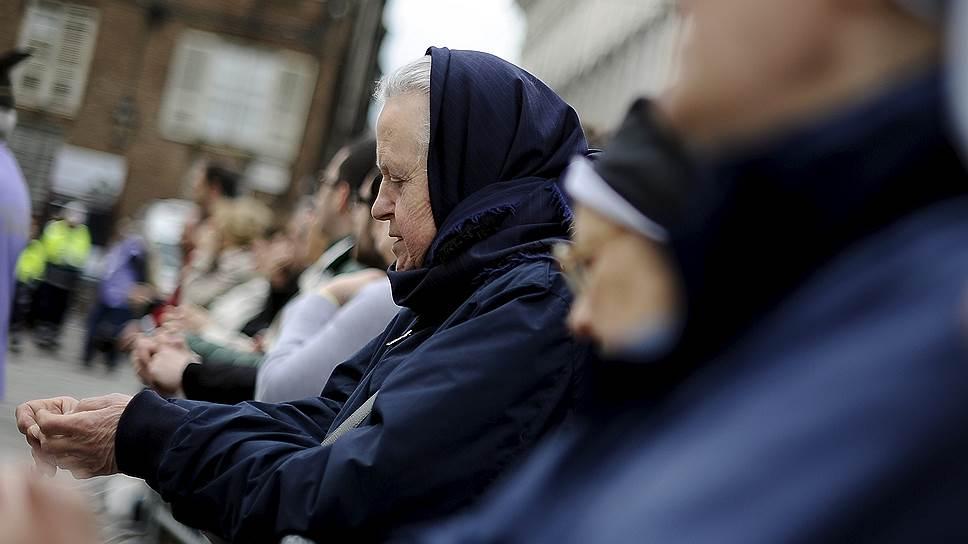 Молитва верующих перед Кафедральным собором, где выставлена Плащаница