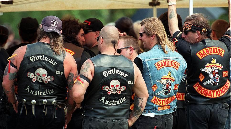 У клуба Bandidos есть отделения по всему миру. На фото — австралийские байкеры. Рядом местные представители другого крупного клуба — Outlaws