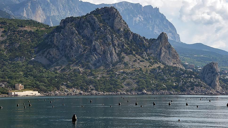 Устричные плантации с берега можно определить по выглядывающим из воды буйкам