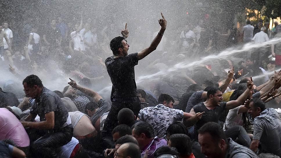 """Кадры силового разгона """"электрического протеста"""" в Ереване на минувшей неделе облетели все мировые агентства"""