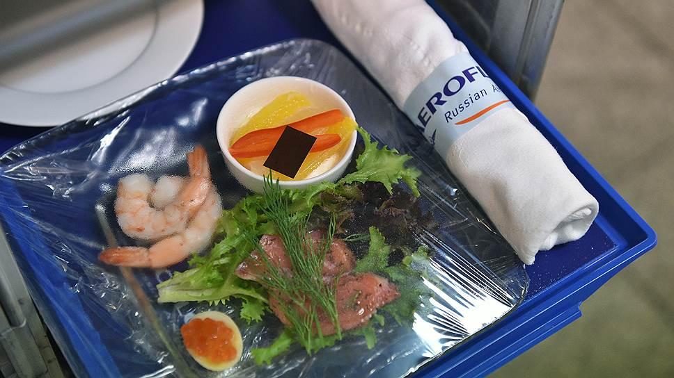 Креветки, перепелиные яйца с красной икрой и гравалакс — обычная закуска для пассажиров бизнес-класса